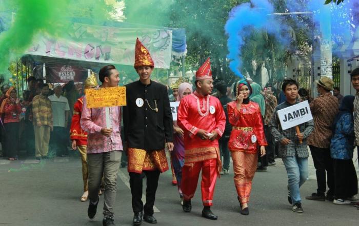 Miniatur Indonesia dalam Parade Pakaian Adat